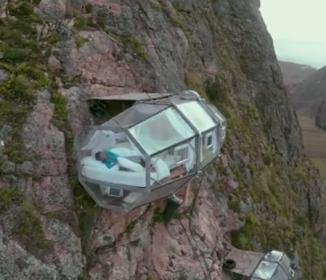 とんでもない所にホテルが… 高度400mからの絶景にふるえる!