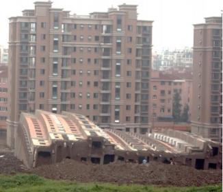 中国、7階建てマンション倒壊 「手抜き工事」と批判も