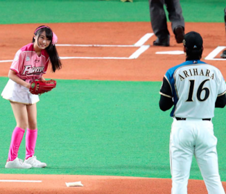 AKB坂口渚沙が始球式、知ってるハム選手はダル?