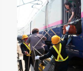 新幹線運転見合わせ『乗客は線路歩き駅へ』車内は蒸し風呂!