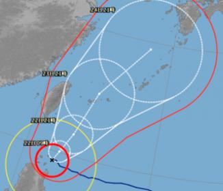 ノロノロ台風15号 沖縄縦断の恐れ