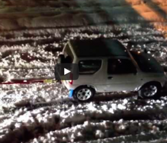 日本車すごい!記録的大雪の中、スズキの軽自動車が牽引していた車とは?