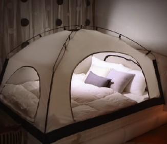 この発想はなかった!ベッドにテント設置したら快適すぎた
