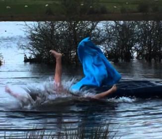 【爆笑】テントで寝ている友人をベッドのマットレスごと湖に移動させるイタズラ