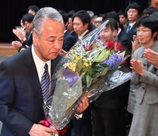 甘利氏辞任、秘書流用で決断 首相の慰留振り切る