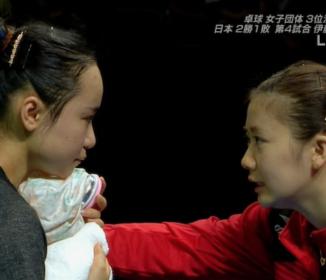 卓球の愛ちゃんが美誠ちゃんと目線を合わせ肩に触れながらアドバイスする姿が…!