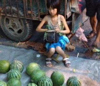 【衝撃過ぎ】中国の美少女小学生が売る「スイカ」が色々ヤバいと話題に