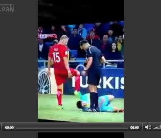 ピッチで起きた奇跡!? 倒れた選手を蹴っ飛ばしたら…