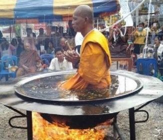 【無茶しやがって】焼き土下座か?タイの僧侶が油の釜に入り瞑想する映像が話題に