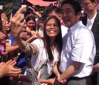 安倍総理を迎えたフィリピン人の歓迎がヤバイ「安倍総理が好きすぎるオバサン乱入で自撮り」