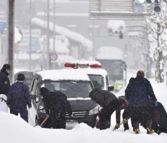 京都雪被害、積雪1メートル、排気口ふさがれ車の男性死亡