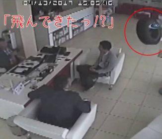 「車のタイヤが高く跳ねながら店内に飛び込んできた!」監視カメラがとらえた信じられない事故