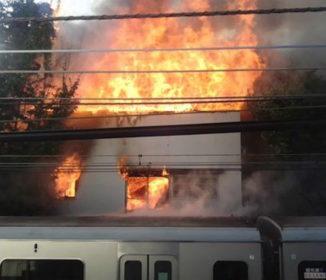 小田急線の火災を目撃した男性が証言 「ドアを開けろ」と叫ぶ乗客も