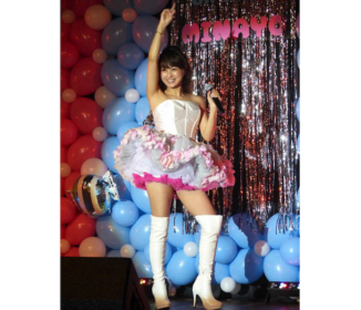渡辺美奈代 50歳で膝上40センチのミニスカ姿