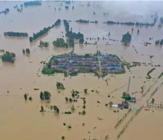 中国の豪雨による洪水被害 ダムの緊急放流で下流の村が水没